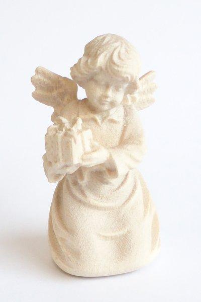 画像1: 小さな木彫り天使像 プレゼントをもつ天使  白木 45mm (1)
